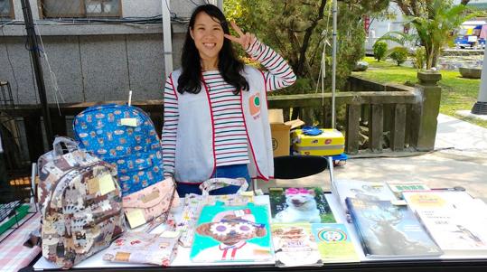 2019年4月4日,志工隊參加「城南有意思」,擺攤義賣並送養狗兒。(拍攝:蔡育琳)