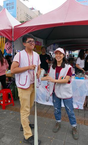 2019年10月19日,關懷生命協會參加熊抱世界挺挺市集,藍啟宇及蕭業庭合照。(拍攝:蔡育琳)