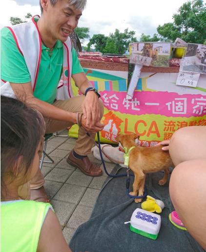 2017年7月2日,志工隊舉辦義賣及愛心送養,郭武昌在場照顧小狗、招呼小朋友。(照片:志工隊提供)